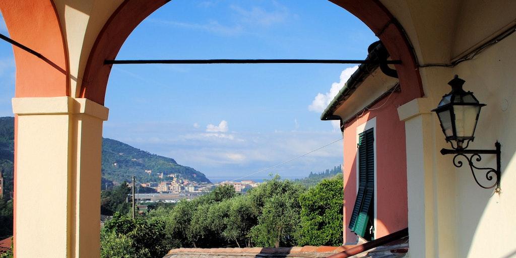 Blick auf das Meer, auf das Zentrum von Levanto und den Bahnhof