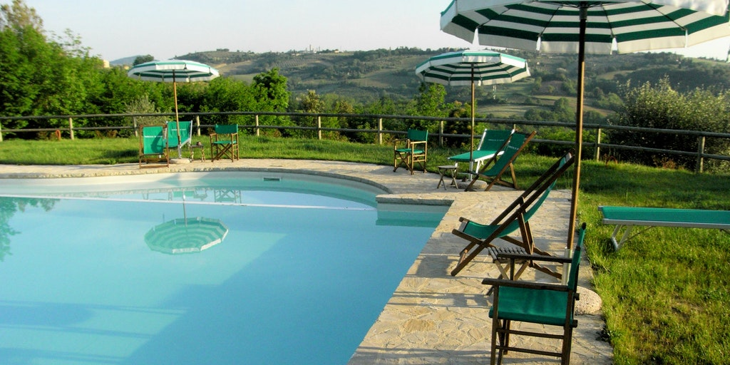Från poolen har du utsikt till San Gimignano