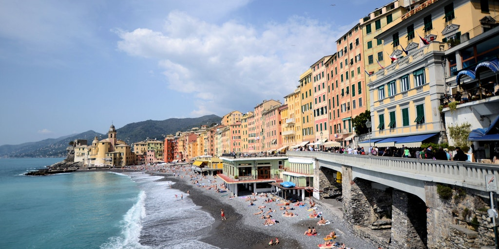 Hotel Casmona ligger till höger: gul byggnad med gröna fönsterluckor