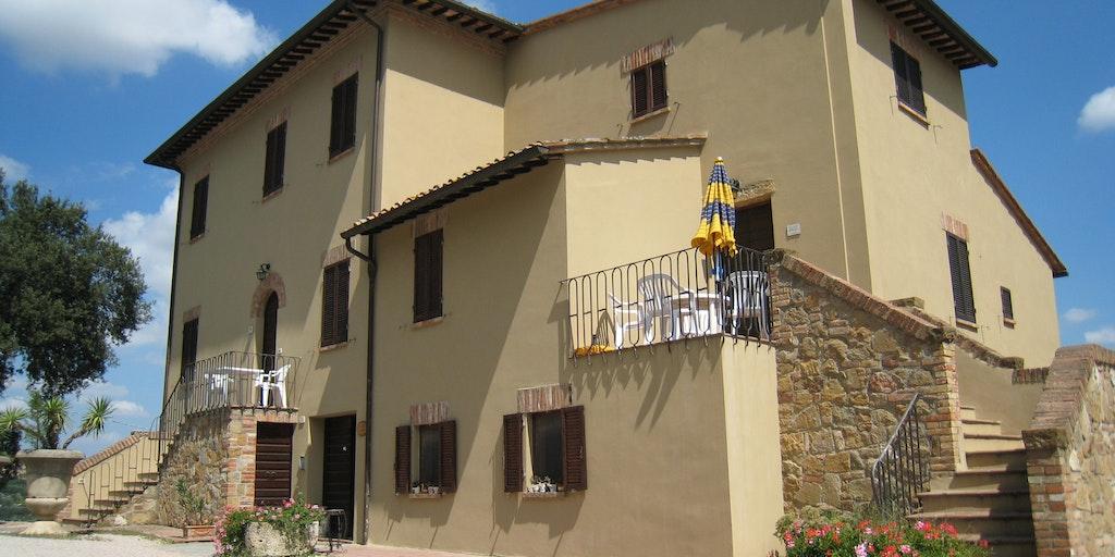 Das Hauptgebäude mit den Wohnungen Leccio und Mandorlo auf der ersten Etage.