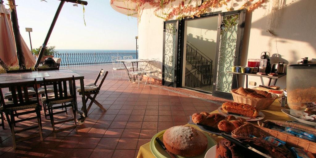 <p>Petit-déjeuner sur la terrasse</p>