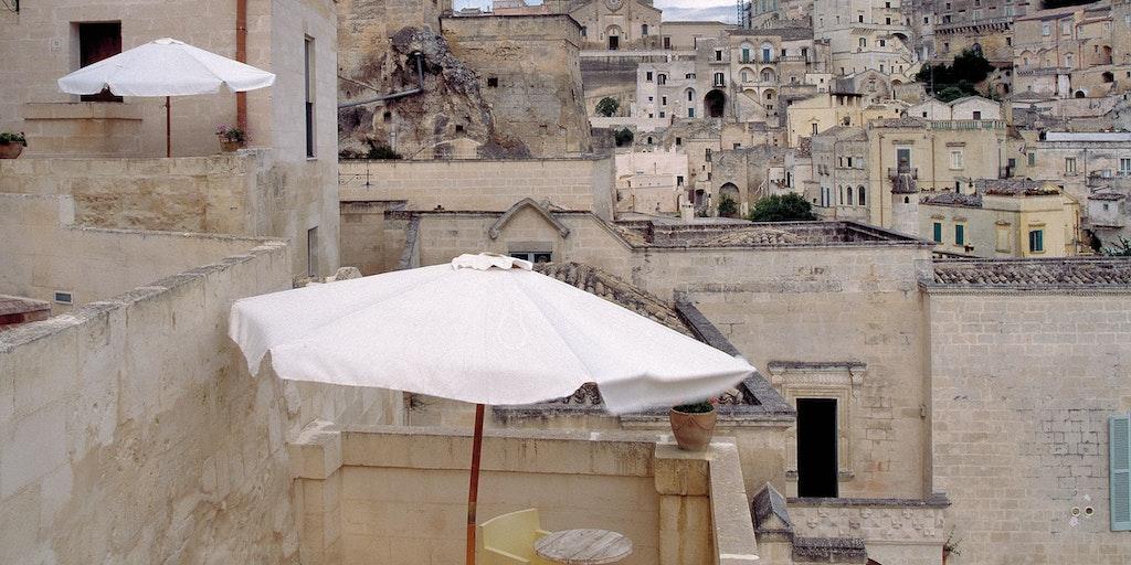 Kig til en af terrasserne på San Martino i Matera - og kig til byen