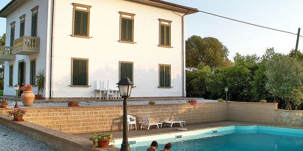 Villa Irene og polen fortil, hvorfra der er udsigt til landskabet i Toscana