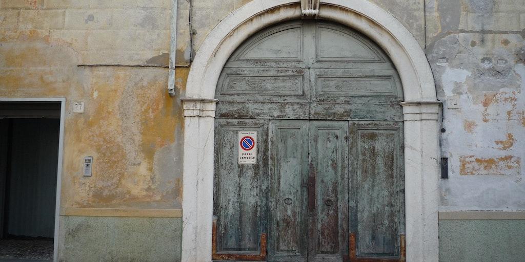 Une jolie porte dans la ville d'Iseo