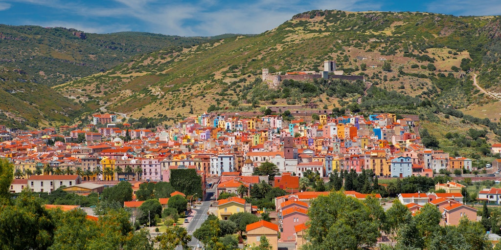 Fargesprakende Bosa midt Sardinias prektige natur