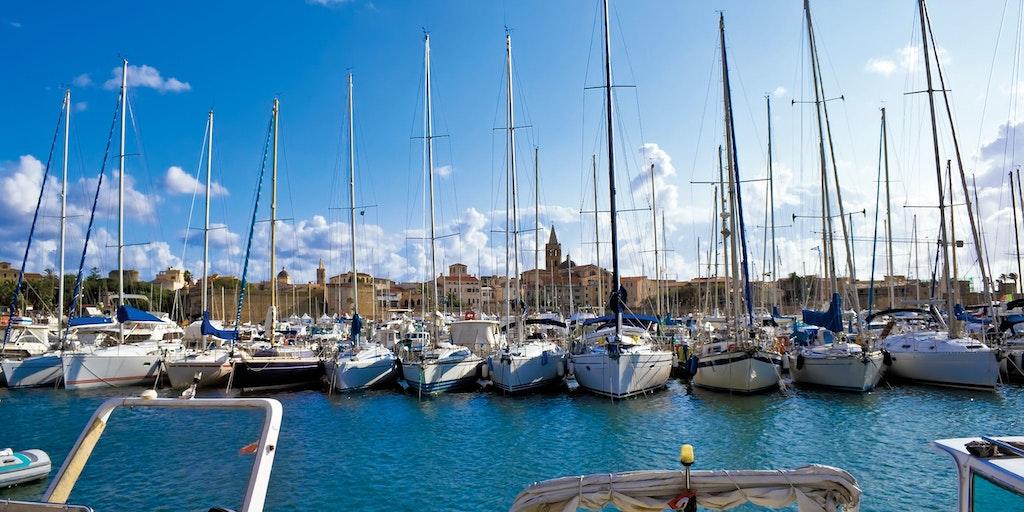 Marina und das historische Alghero im Hintergrund