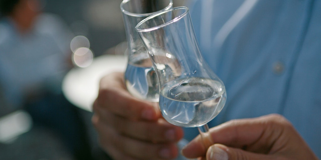 Grappa drikkes af rigtige grappa-glas