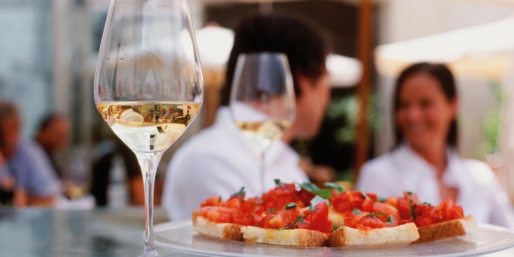 Et fredfyldt øjeblik med lokalproduceret hvidvin og bruschetta