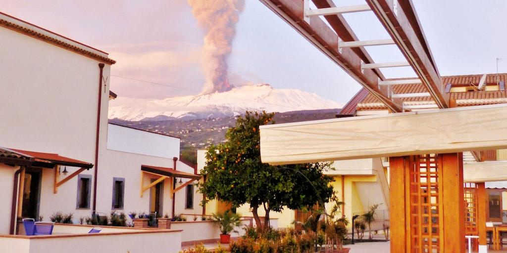 Etna i udbrud set fra La Terra dei Sogni