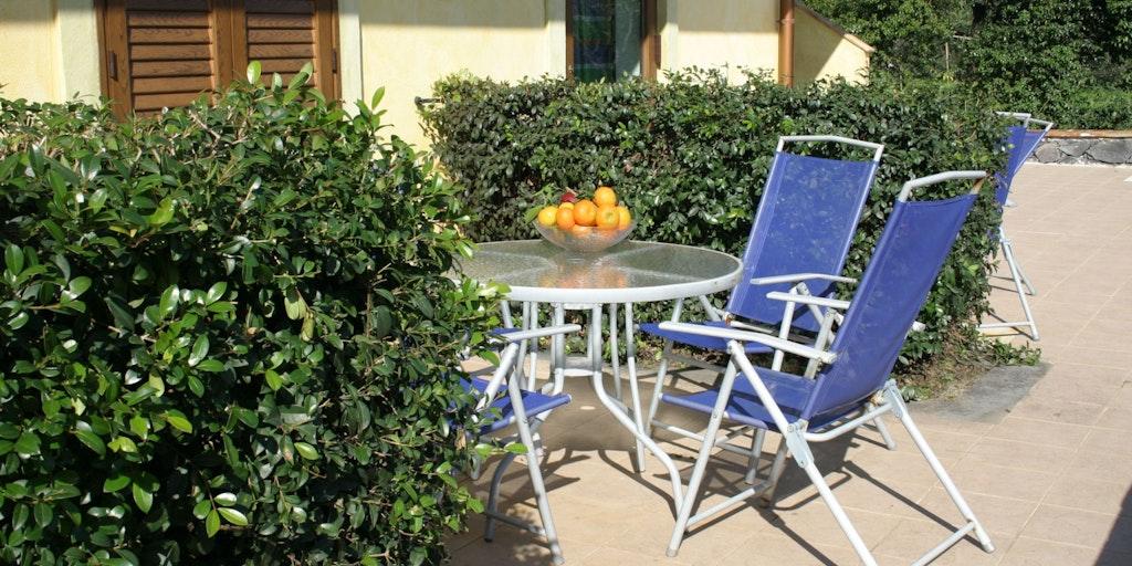Terrasse med havebord og -stole