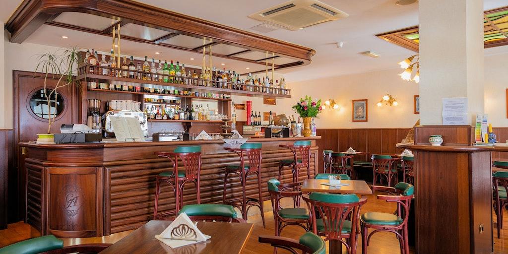 The bar Jolly