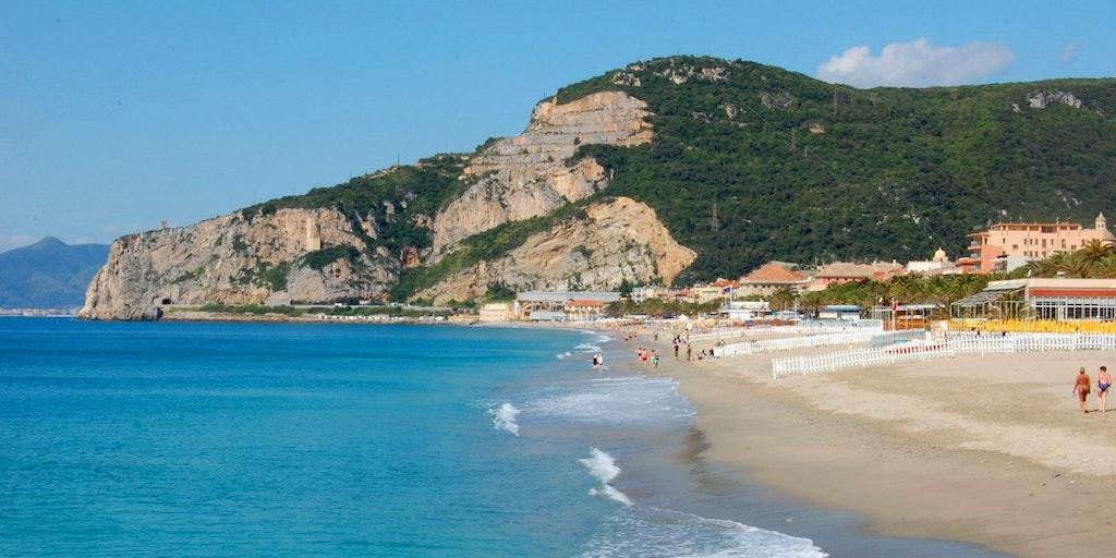 La belle plage de sable de Finale Ligure