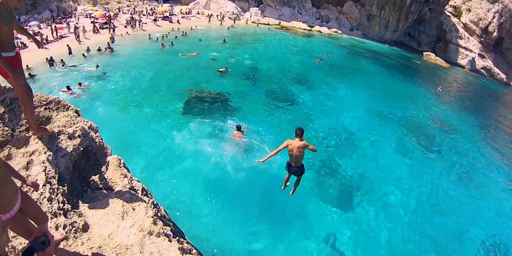 Hopp i det asurblå havet under Ogliastra-klippene