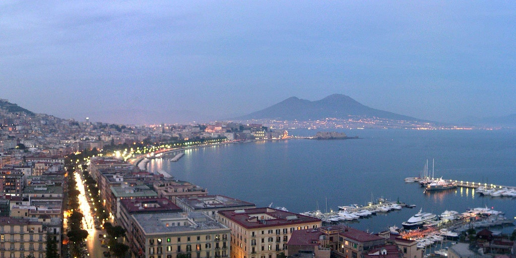 Vue sur Naples (photo: Yoruno, Wikimedia Commons)