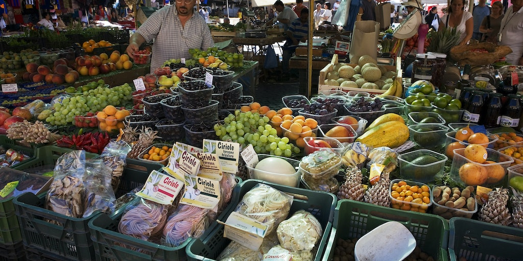Campo di Fiori is a lively experience in Rome (Photo: Jorge Royan / Wikimedia Commons)