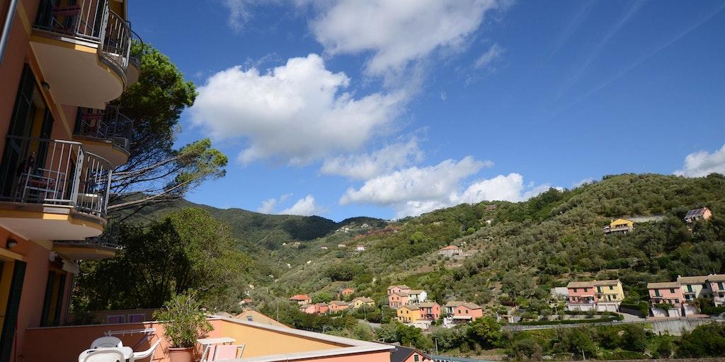 Utsikt till kullarna och tåget på baksidan