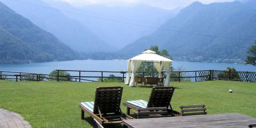 Njut av närheten till den alltid vackra naturen när du bor på Bed & Breakfast i Italien. Här Bed and Breakfast Ai Casai vid Ledrosjön i Sydtyrolen.