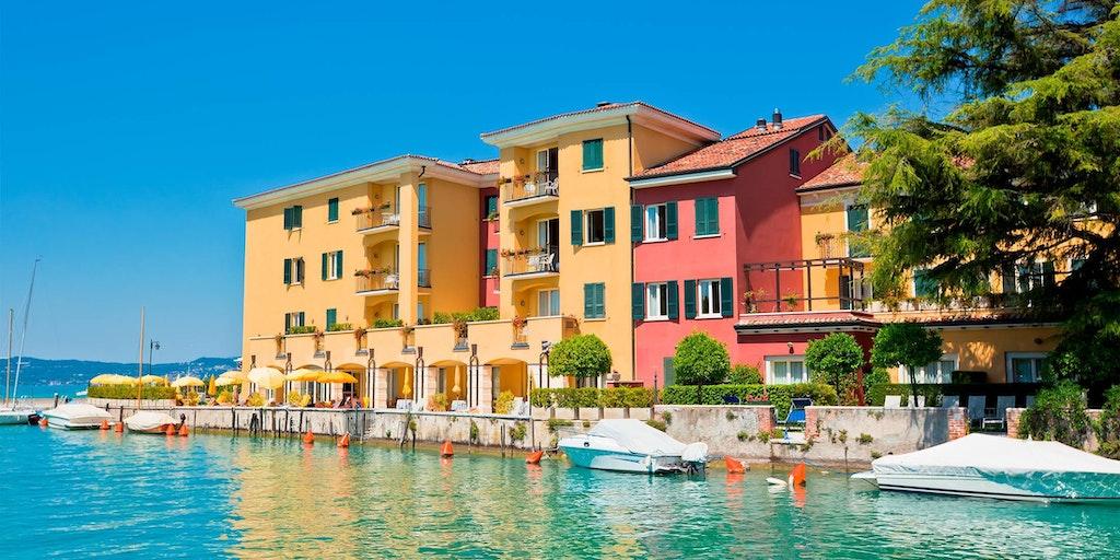 Farverige huse i Sirmione ved Gardasøen