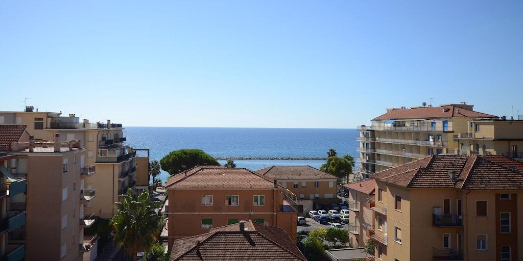 La vue sur la mer depuis la terrasse sur le toit