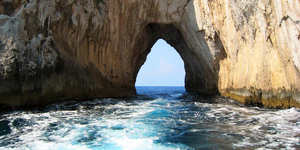 Der er spændende klippeformationer langs Amalfikysten