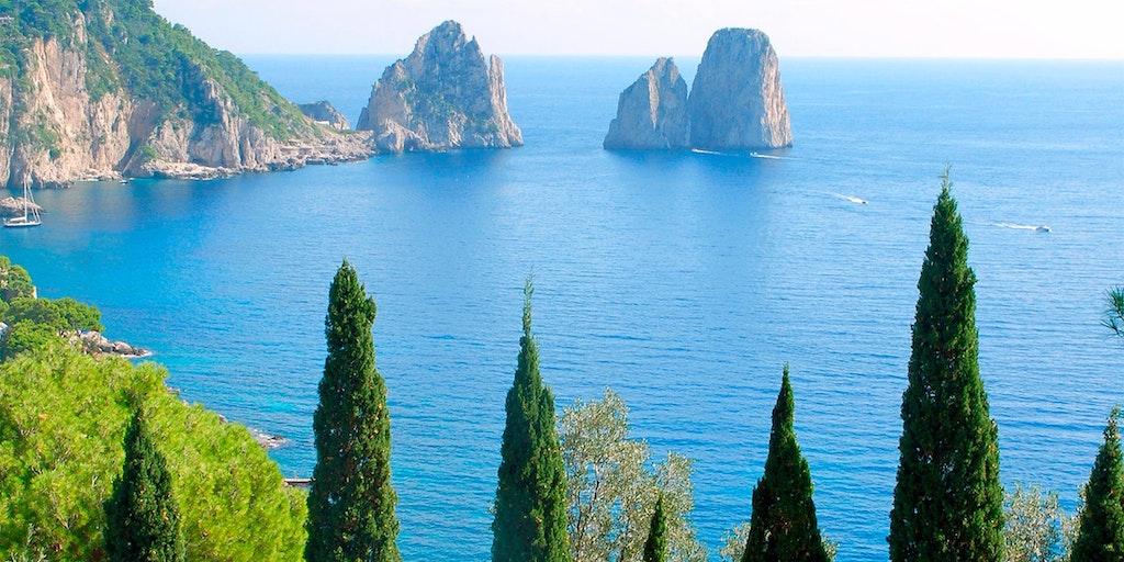 Øya Capri er et populært turistmål og kjent for Den Blå Grotten