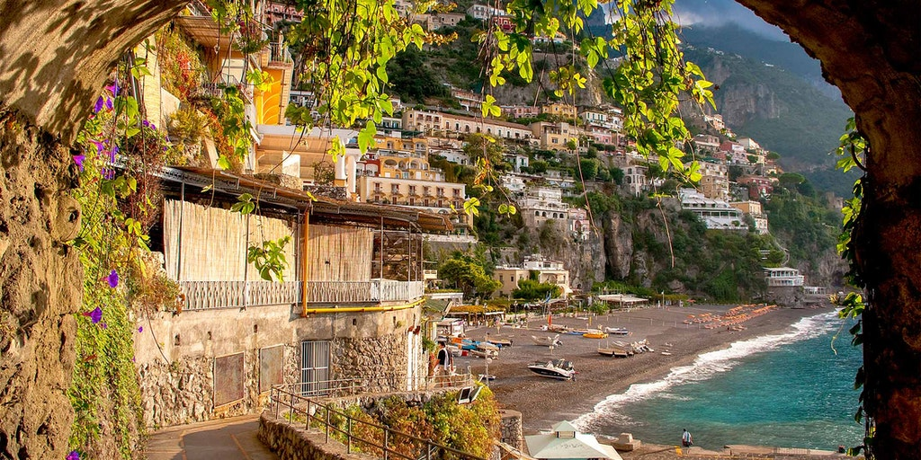 Byerne på Amalfikysten er bygget ind i de stejle klipper