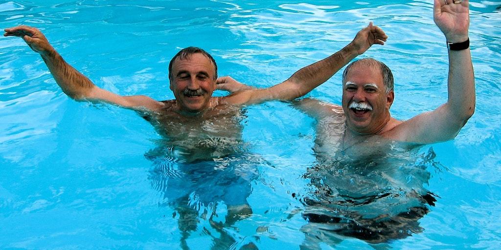 Mario bader i pool med gæsterne
