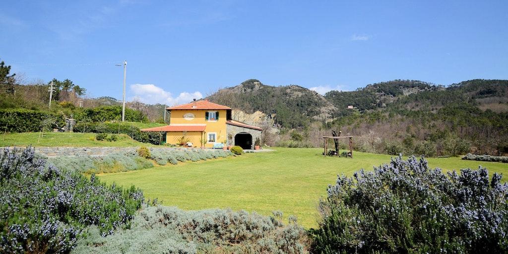 Villaen ligger midt på en grøn eng