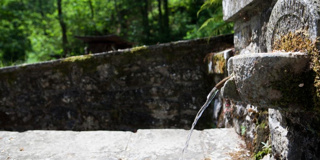 Eau de source dans le village