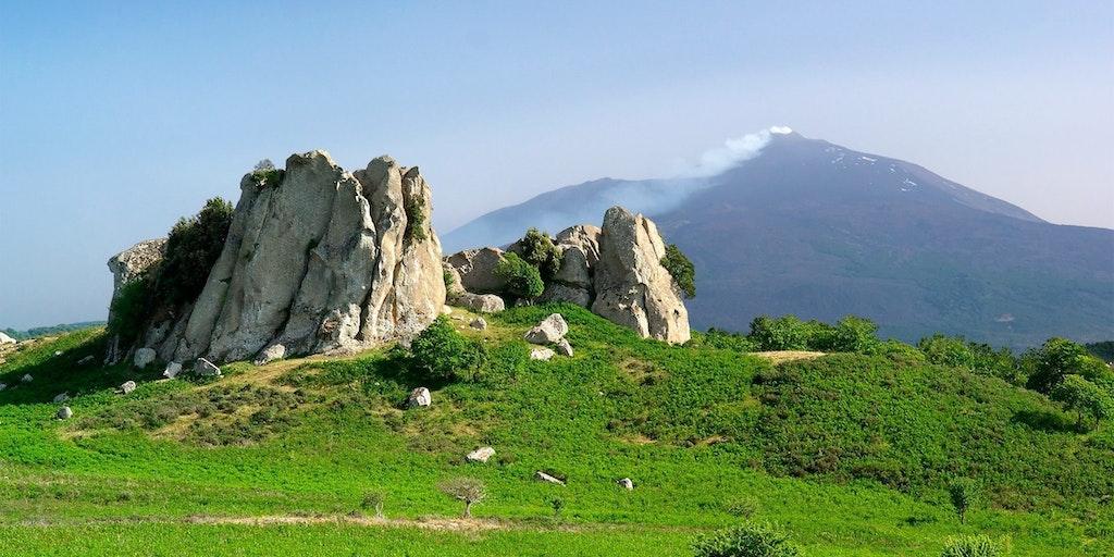 Flotte klippeformationer i Agrimusco plateauet foran Etna