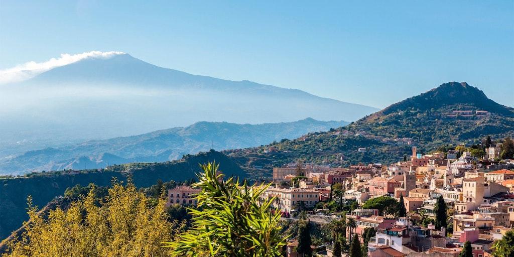 Taormina ligger i det skønne landskab foran Etna