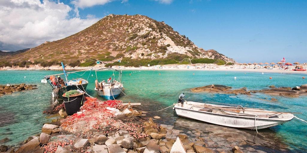 Traditionella fiskebåtar vid Punta Molentis