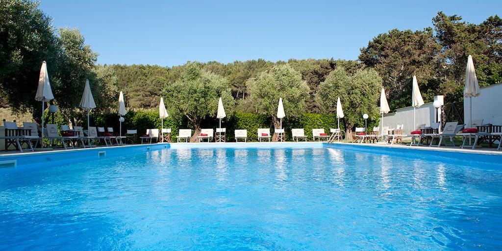 Njut av den stora poolen på Masseria Bandino