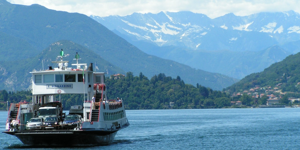 Car ferry on Lake Maggiore between Verbania in Piedmont and Lombardy Laveno. (Photo: Wikimedia Commons / Corradox)