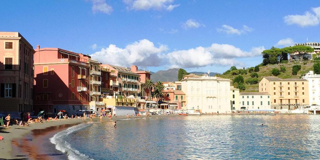<p>Miramare ist das rosafarbene Hotel inmitten der Palmen auf der linken Seite</p>