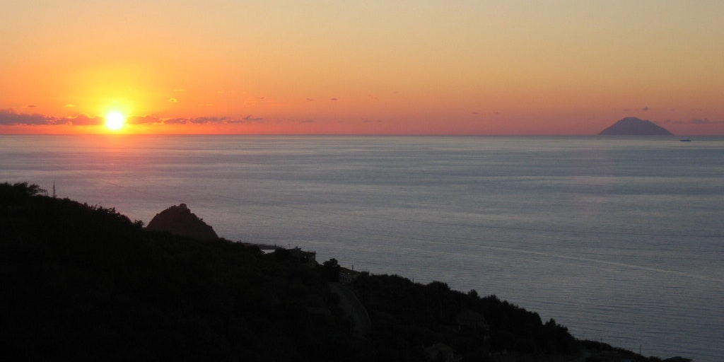 Solnedgangen med Alicudi og Filicudi på horisonten