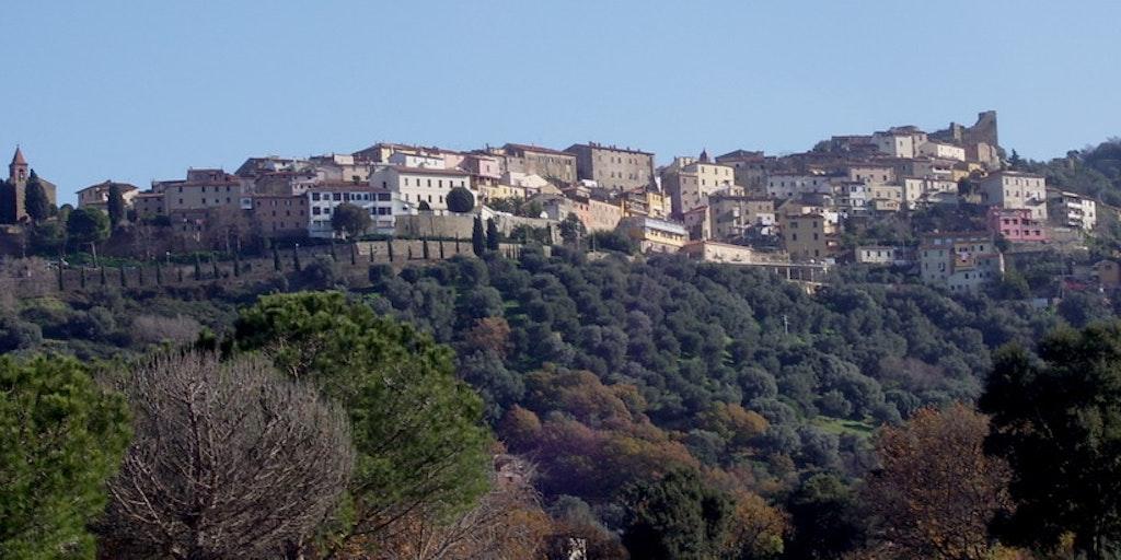 Blik op på Scarlino i Toscana (foto: Matteo Vinattieri, Wikimedia Commons)