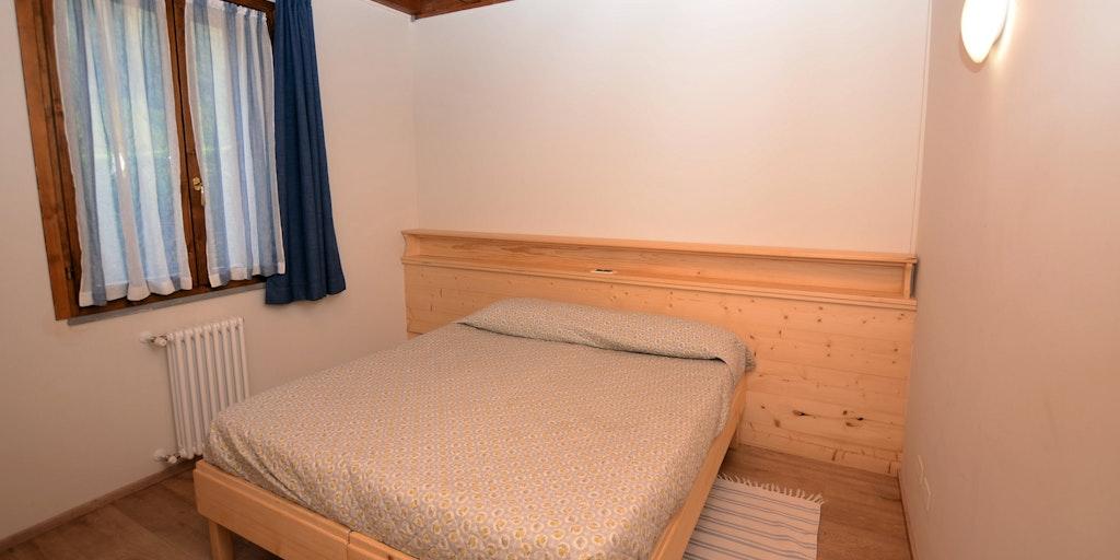 Das Schlafzimmer in einer der Wohnungen