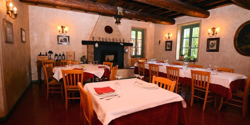 Restaurant mit Holzdecke und Kamin