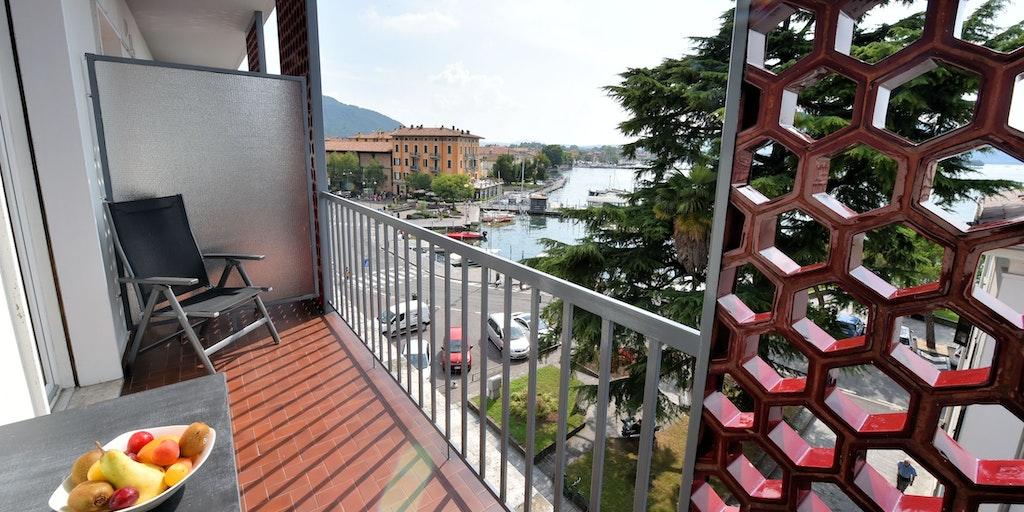Zimmer mit Balkon und seitlichem Seeblick