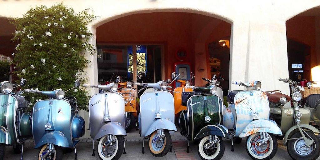 Utflukter i Sardinia kan blant annet foregå på en klassisk Vespa scootere