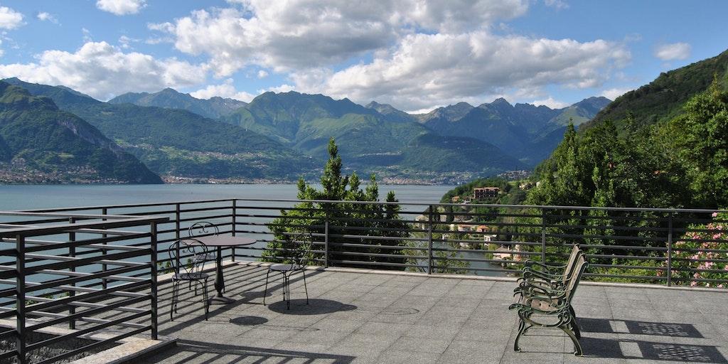 Fra fellesterrassen kan du nyte panoramautsikt over innsjøen
