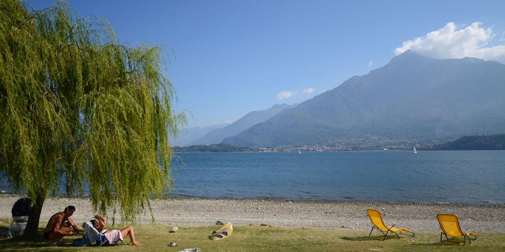 Es gibt einen schönen Strand am See in Domaso