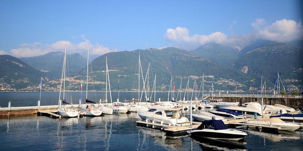 Der Yachthafen und Blick auf das westliche Ufer des Sees