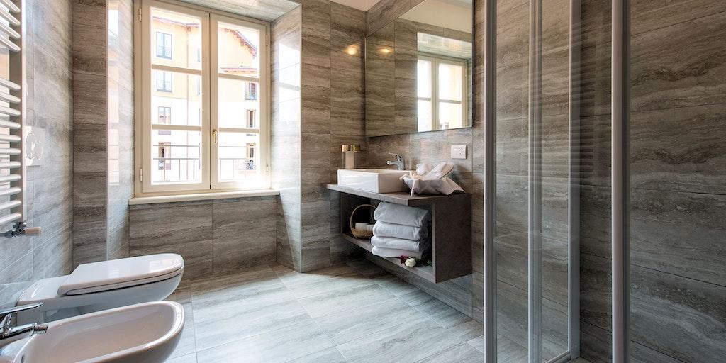 Salles de bains belles et spacieuses