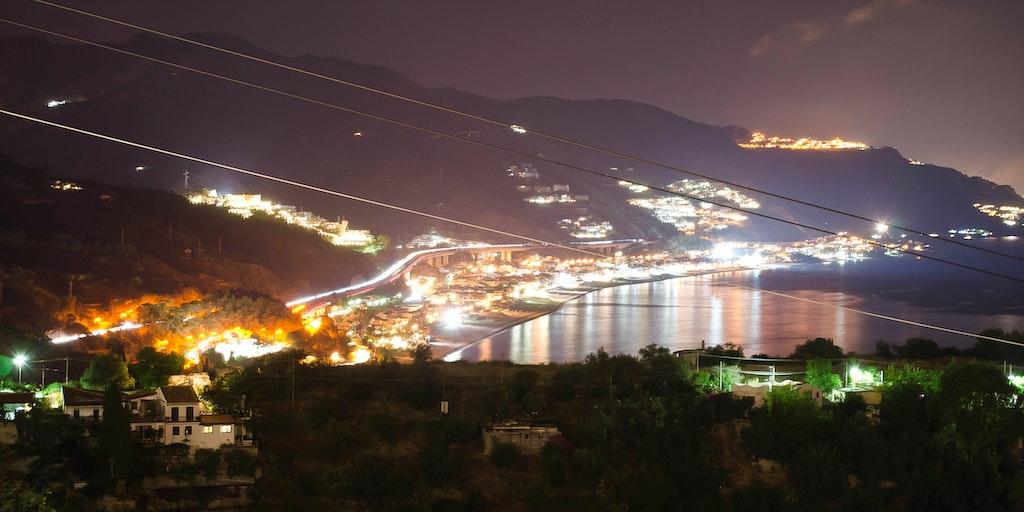 Utsikt över kusten på kvällen