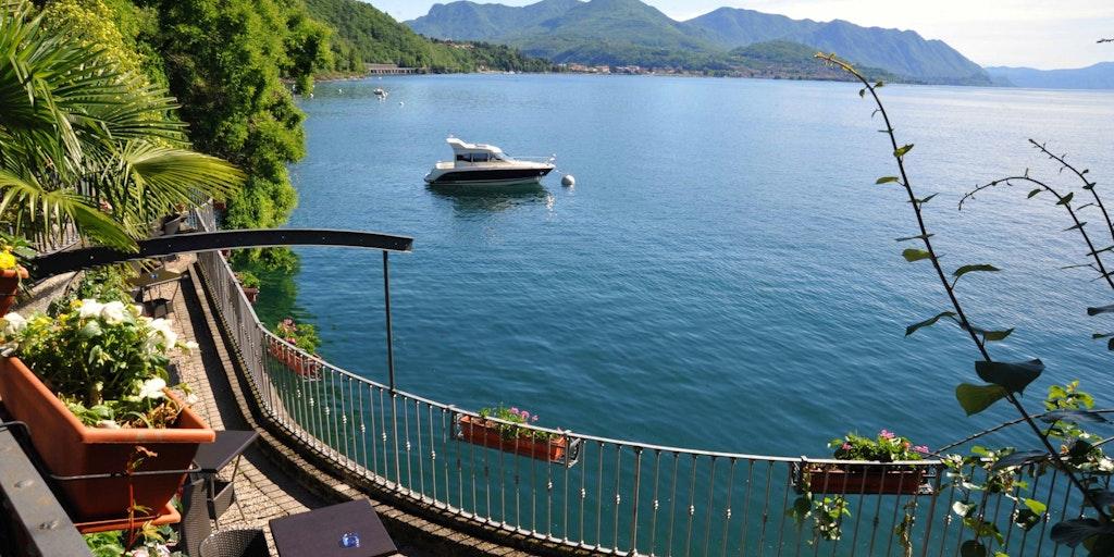 Hotellets botaniske have lige ud til søen