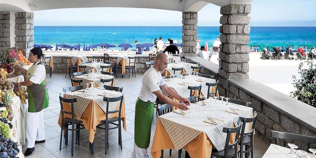 Närliggande restaurang vid stranden