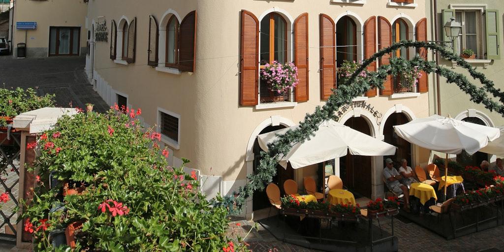 La terrasse en face de l'hôtel