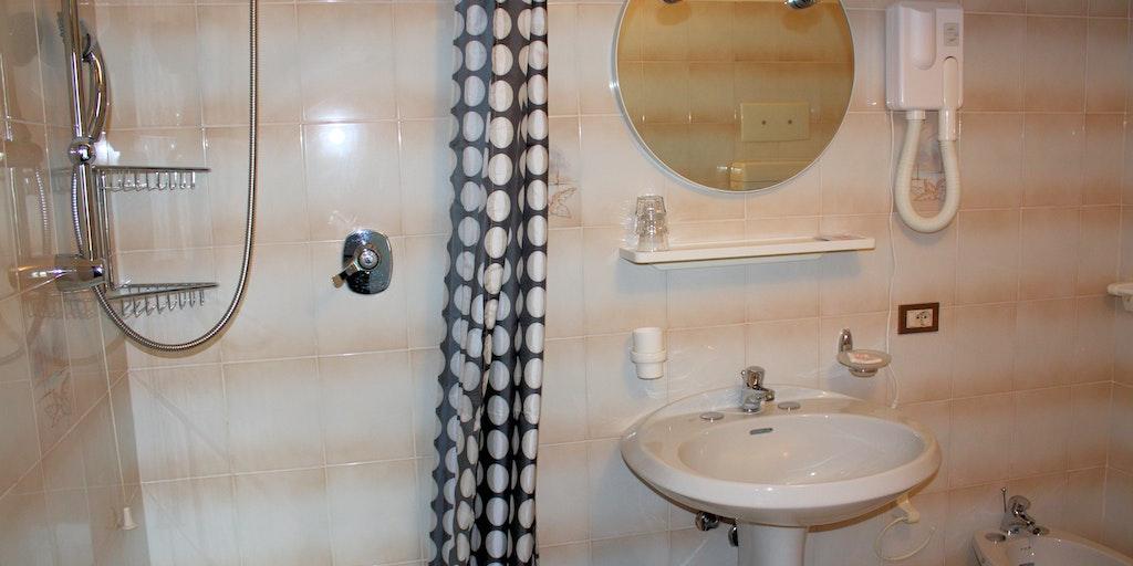 Die Badezimmer verfügen alle über einen Duschvorhang